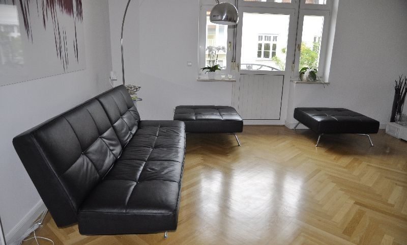 ligne roset couch smala schwarzes leder 3 sitzer mit bettfunktion 2 hocker. Black Bedroom Furniture Sets. Home Design Ideas
